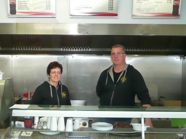 """Unsere Imbisskarte: Immer köstlich und schnell   Von der Currywurst bis zur Frikadelle mit Kartoffelsalat. Wir servieren all die Klassiker, die das Herz begehrt - und natürlich noch mehr.  Weitere Highlights sind unsere Schnitzel- und Gyrosgerichte. """"Auc"""